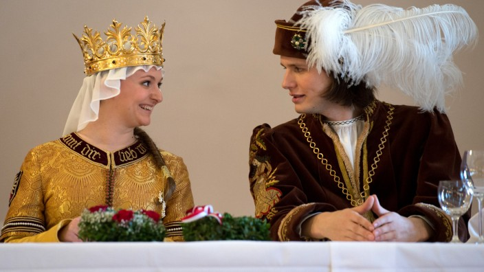 Das Brautpaar der Landshuter Hochzeit 2013 lächelt sich an.