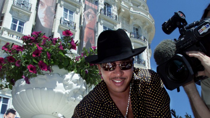 GERMAN SINGER LOU BEGA SIGNS AUTOGRAPHS AT 54TH CANNES FILM FESTIVAL