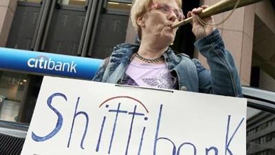 Strafanzeige gegen die Citibank: Anlegerin demonstriert in Düsseldorf gegen die Citibank. Das Institut hat besonders viele Lehman-Papiere verkauft.