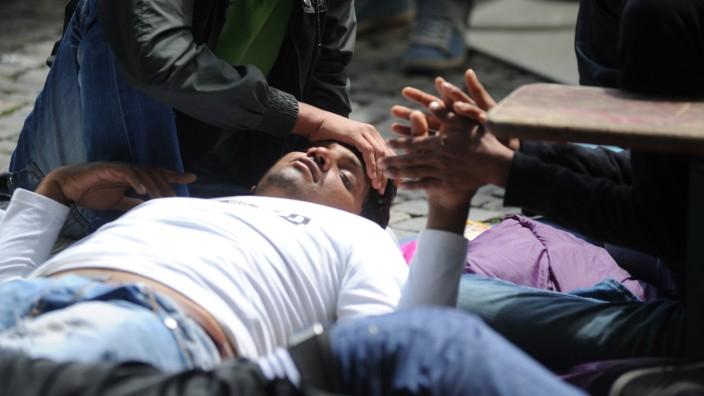 Flüchtlinge im Hungerstreik in München: Seit vergangenem Samstag essen sie nichts, seit Dienstag trinken sie nichts mehr: die Hungerstreikenden in der Münchner Innenstadt.