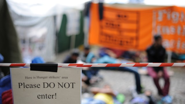 """Flüchtlinge im Hungerstreik in München: """"Bitte nicht Eintreten"""": Ein Schild hängt an einem Absperrband am Rande des Flüchtlingscamps."""
