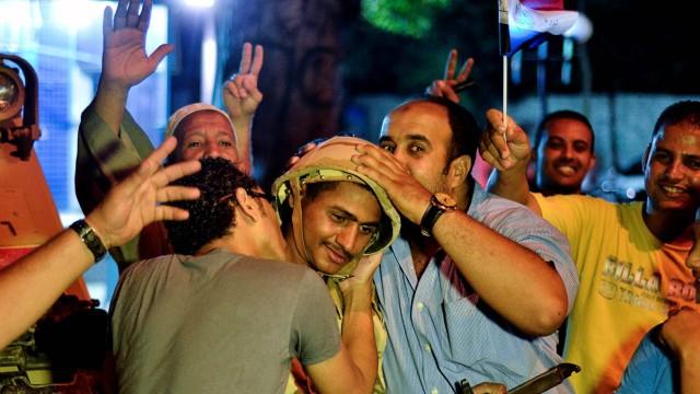 Umsturz in Ägypten: Jubel in Kairo: Ägypter feiern den Umsturz des Militärs und die Soldaten selbst.