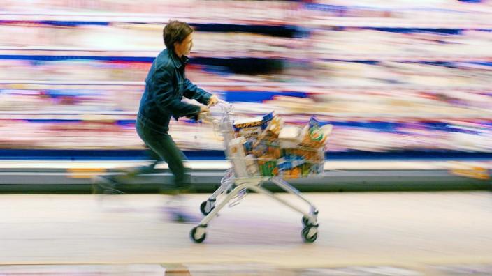 Frau mit Einkaufswagen