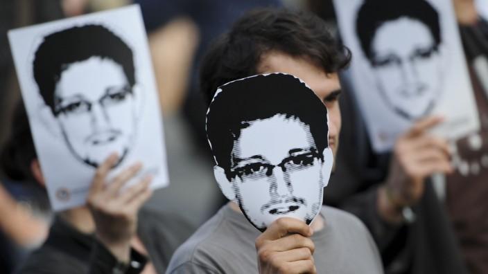 Demonstranten für Edward Snowden
