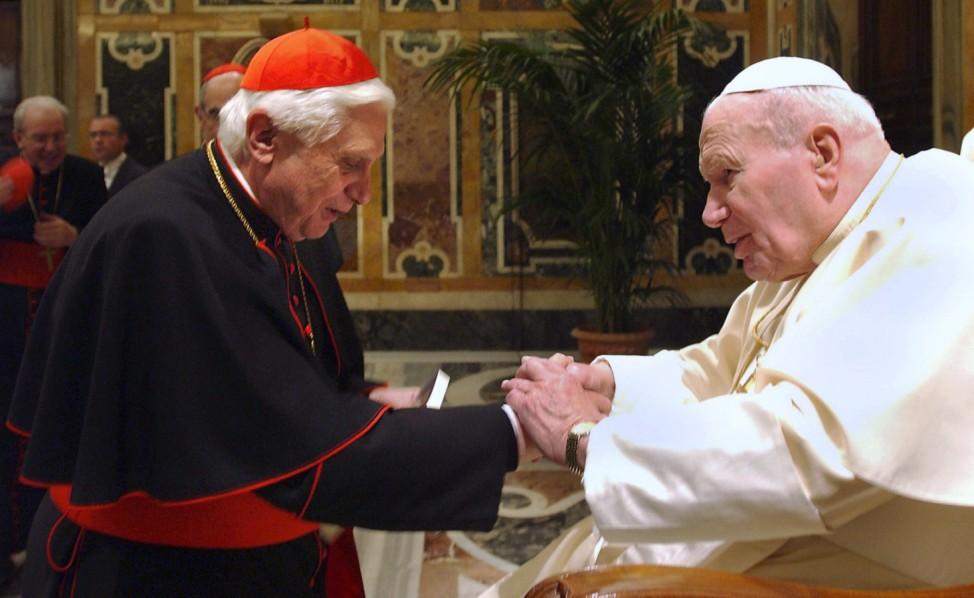 Papst Johannes Paul II. wird heiliggesprochen.