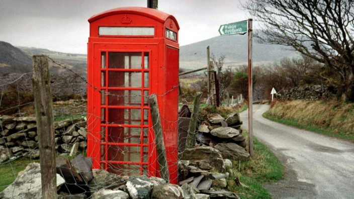 Erste britische Dörfer übernehmen rote Telefonzellen; Telefonzelle England