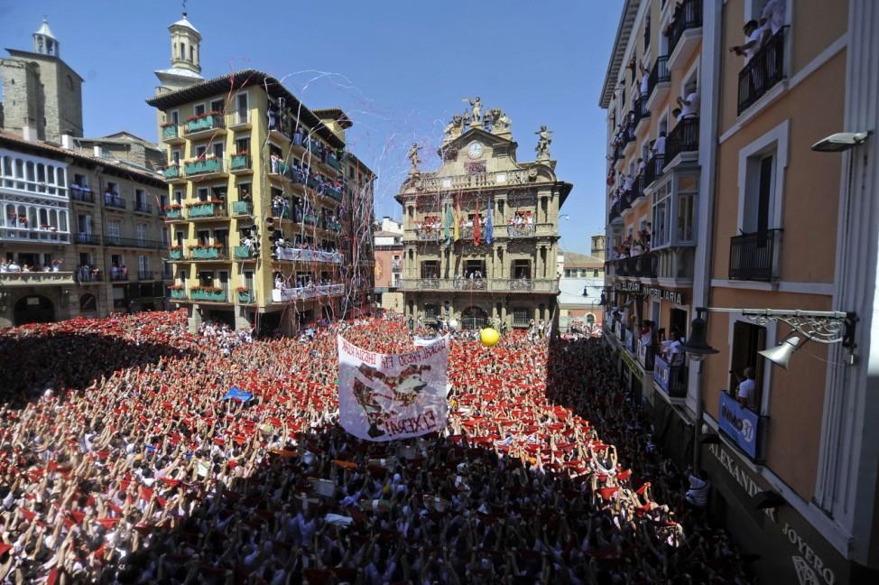 Traditionelles Stiertreiben in Pamplona eröffnet