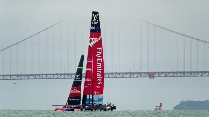Segler beim America's Cup: Ohne Gegner, aber mit der Golden Gate Bridge:Die Segler aus Neuseeland