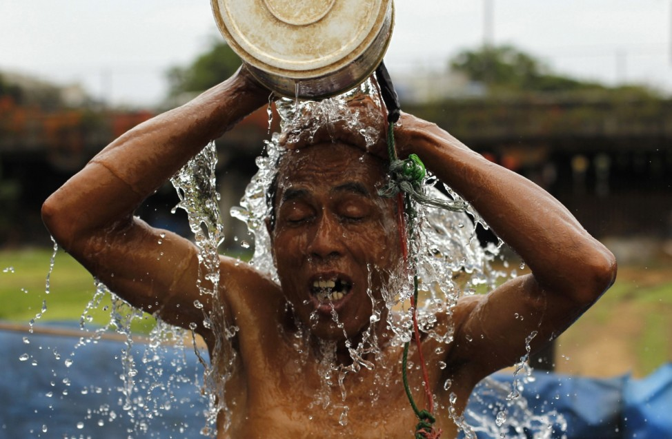 Indonesier wäscht sich im Freien