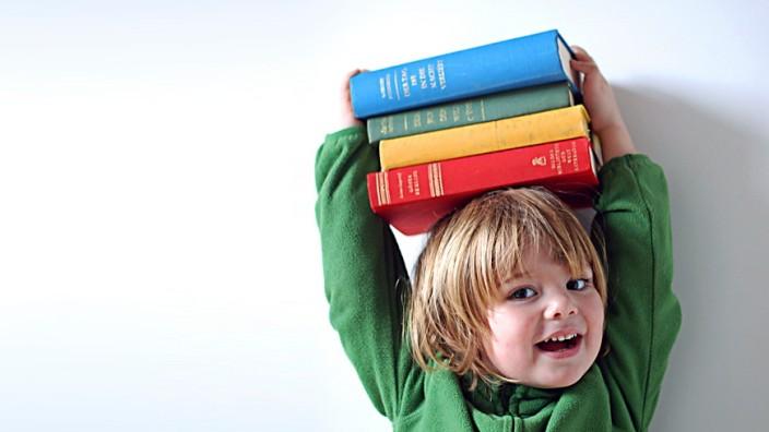Mädchen mit Büchern auf dem Kopf