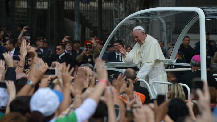 Papst in der Menge in Rio de Janeiro