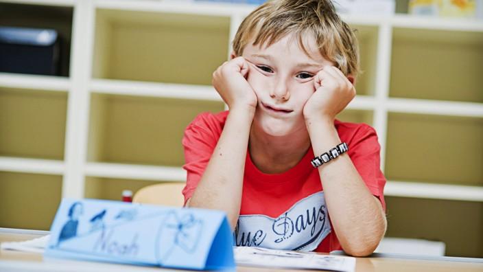 Unterrichtsbeginn um 8 Uhr: Wäre zu einer späteren Uhrzeit vermutlich aufnahmefähiger: müder Schüler.