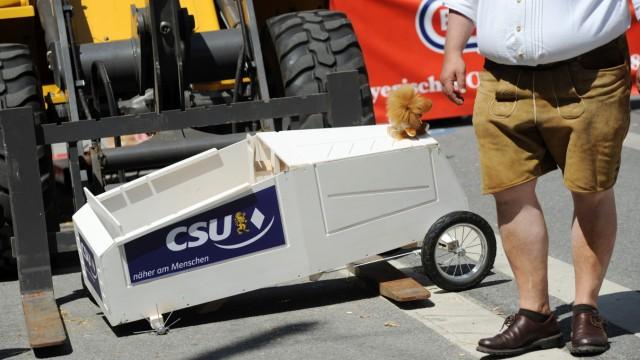 Schaffte es nicht bis ins Ziel: die CSU-Seifenkiste.