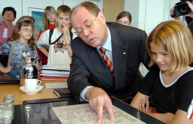 Steinbrück mit Schulklasse