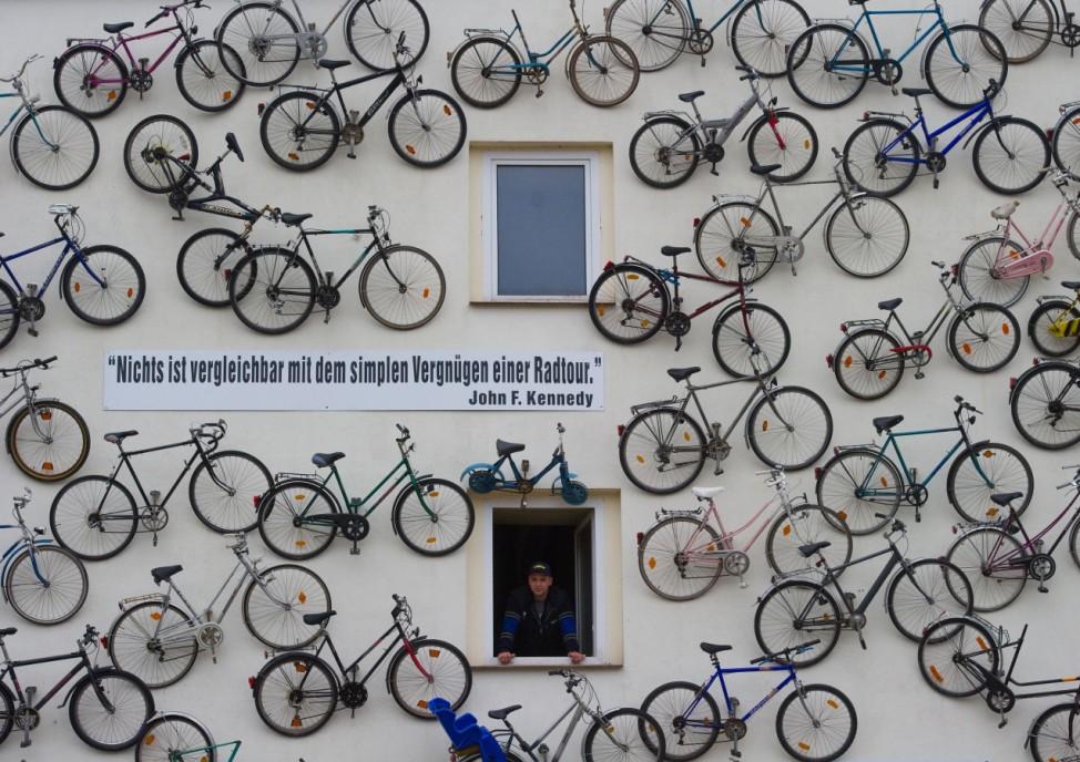 Eine Hauswand voller Fahrräder