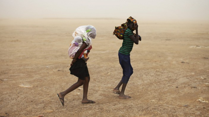Frauen auf der Flucht vor einem Sandsturm in Timbuktu, Mali