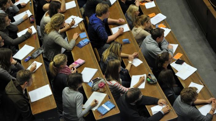 Studenten bei Vorlesung im Audimax der Münchner LMU, 2012