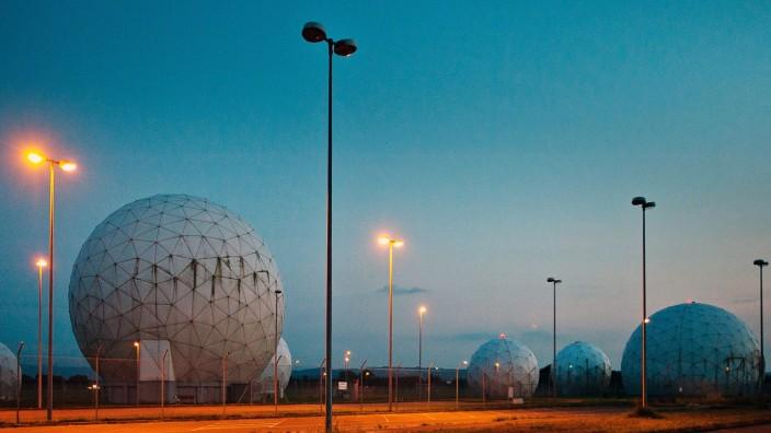 Obamas Unwissen in Spionage-Affäre: Das Echelon Abhörsyste in Bad Aibling-Mietraching wird vom Deutschem Bundesnachrichtendienst BND und US Amerikanischem Geheimdienst NSA ganz offiziell zu gleichen Teilen genutzt. Dass ein Mitarbeiter des BND auch vom CIA genutzt wurde, war dagegen nicht offiziell.