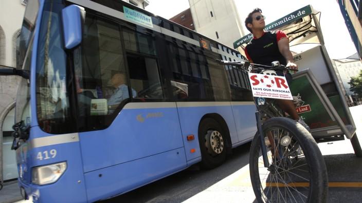 """Fahrradtaxis in München: """"Save our Rikschas"""": Ganz so bedroht, wie der Rettungsring suggeriert, sind die Rikscha-Unternehmen wohl nicht. Doch eng ist es für sie geworden."""