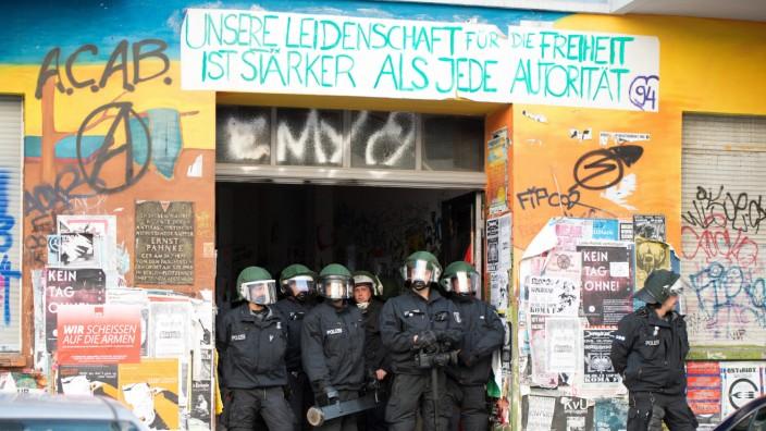 Polizisten durchsuchen Wohnungen der linken Szene