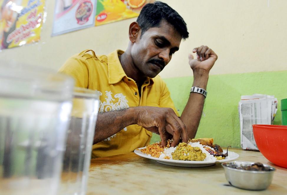 Mann in Sri Lanka beim Essen