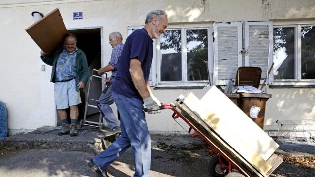 Ramadam im Badehaus: Ernst Gruber (von links), Bernd Schreiber und Dieter Zink bringen alte Möbel zum Sperrmüll-Container