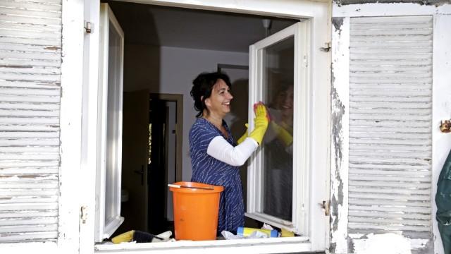 Ramadam im Badehaus: Beim Fensterputzen: Sybille Krafft ist Vorsitzende des Badehausvereins.