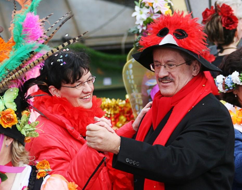 Marktfrauen tanzen zum Faschingsausklang; Langer Samstag