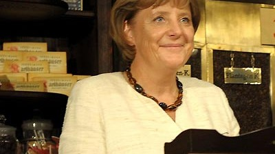 Kanzlerin im Wahlkampf: Die Kanzlerin bittet zur Kasse: Angela Merkel besucht das histroische Museum einer Supermarktkette.