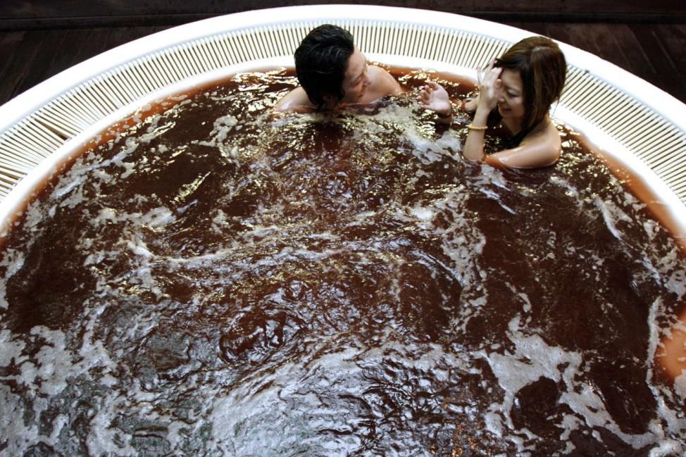 Ein japanisches Paar nimmt in einem Spa in Tokio ein Schokoladen-Bad.