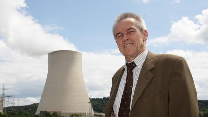 Energiewende und die Folgen: Bürgermeister Fritz Wittmann vor einem der Atommeiler in Essenbach.