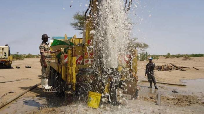 Wasser sprudelt aus einem Bohrloch in Kenia