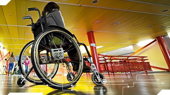 Inklusion an deutschen Schulen: Ein Schülerin sitzt in einer integrierten Gesamtschule in ihrem Rollstuhl