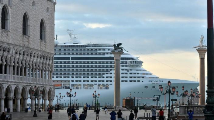 Kreuzfahrtschiff vor der Piazza San Marco in Venedig, Italien