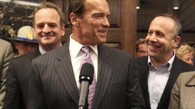 Sparpaket in Kalifornien: Erleichterung nach dem Haushaltskompromiss: Kaliforniens Gouverneur Arnold Schwarzenegger mit Parlamentariern im Kapitol in Sacramento.