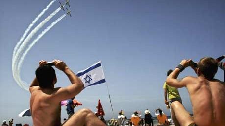 Strandgeschichten: Tel Aviv: Badegäste beobachten Kunstflieger am Strand von Tel Aviv.