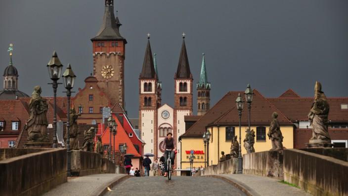 Dunkle Regenwolken über Würzburg