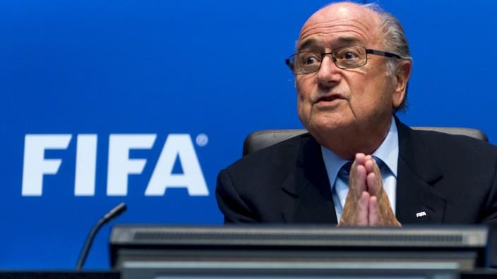 Debatten um Fußball-WM in Katar: Der Fußball bin ich: Fifa-Boss Blatter duelliert sich mit Uefa-Chef Platini.
