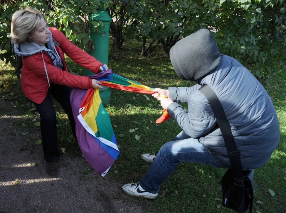 Schwulenrechtsaktivistin kämpft um Regenbogenfahne