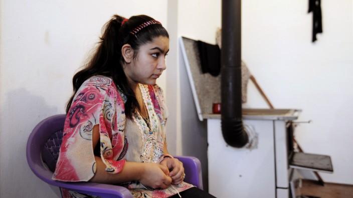 Der Fall Leonarda: Sie war gerade auf einem Schulausflug. Jetzt sitzt sie im Kosovo und schaut traurig. Die Abschiebung der 15-jährigen Leonarda sorgt für Empörung bei den Franzosen.