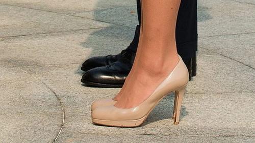 Neue Louboutin-Kollektion: Nudepumps sind in - nicht zuletzt aufgrund der Vorliebe von Herzogin Catherine von Cambridge. Diese trägt die Schuhe regelmäßig zu offiziellen Anlässen, hier etwa 2012 in Singapur.