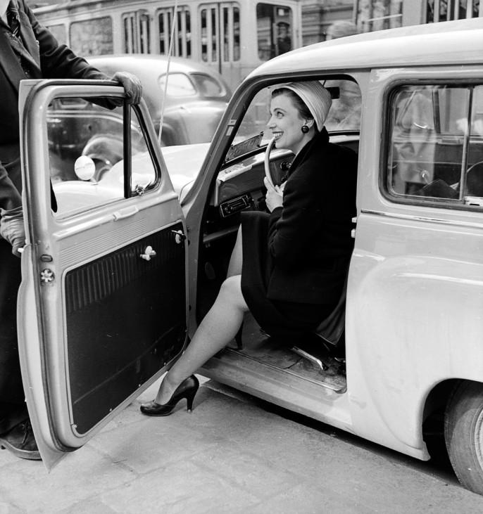 Mann hält Frau Autotür auf Reiseknigge Polen Reise-Knigge