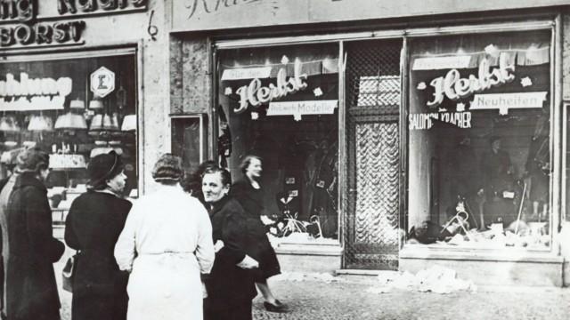 Dachau: In der Nacht vom 9. November 1938 plünderten und zerstörten Nazi-Schergen jüdische Geschäfte. Hier eine historische Aufnahme aus einer ungenannten Stadt. (Archivfoto)