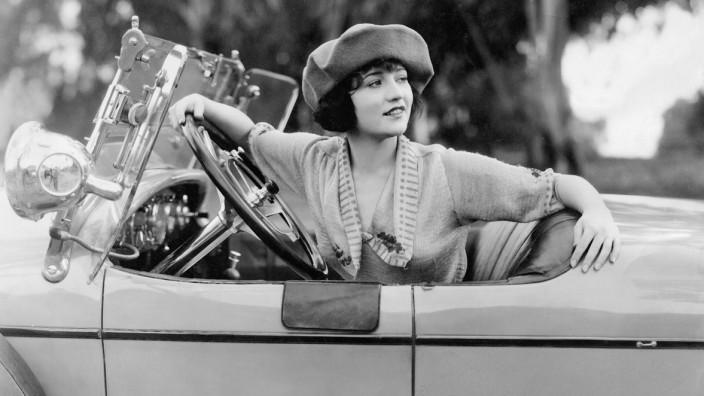 Betty Compson am Steuer eines Autos, 1921