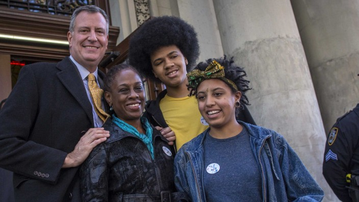Democratic New York City mayoral candidate Bill de Blasio poses with his family after voting in Park Slope section of Brooklyn in New York