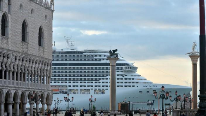MSC Divina Kreuzfahrtschiff Venedig Dogenpalast Markusplatz