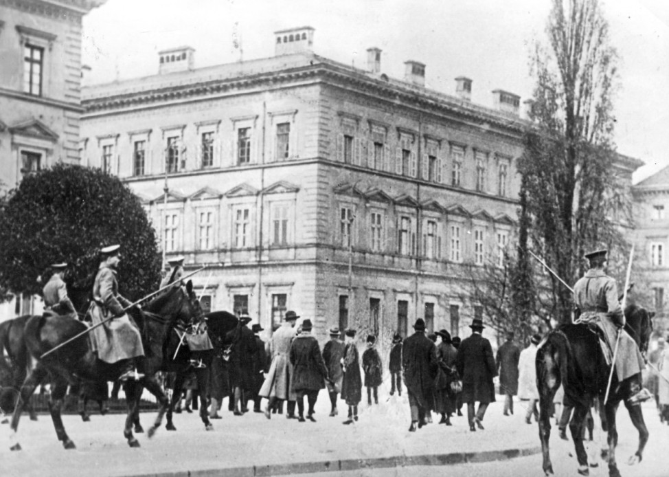 Berittene Polizei nach der Niederschlagung des Hitler-Putsches, 1923