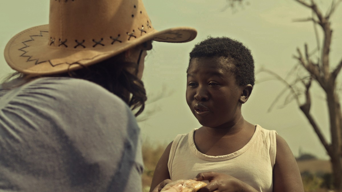 Schwarzer Junge, der schmutzig spricht