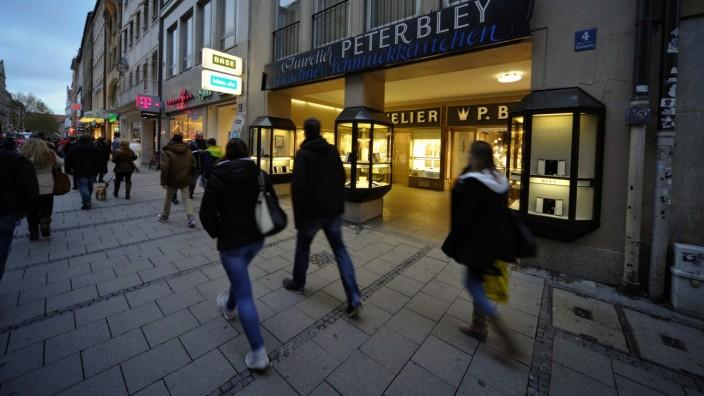 Am Freitag haben die Geschäfte in der Münchner Innenstadt bei der Nachtschwärmer-Aktion bis Mitternacht geöffnet.