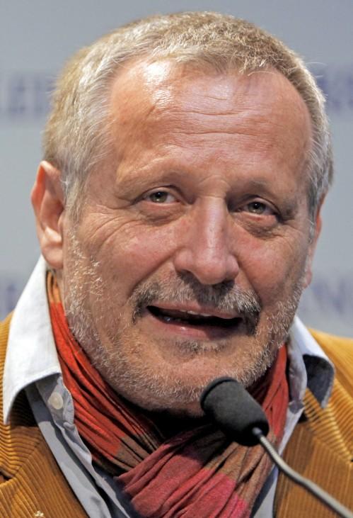 Mann erleidet Herzinfarkt und kracht in Auto von Konstantin Wecker